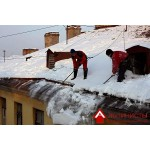 Уборка снега с крыши в Москве